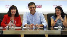 Pedro Sánchez con Cristina Narbona y Adriana Lastra.