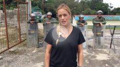 Lilian Tintori, ante la prisión militar de Ramo Verde y los carceleros de su marido.