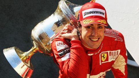 Fernando Alonso celebra una victoria con Ferrari.