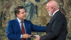 Emiliano García-Page entrega una navaja de Albacete al coleccionista Roberto Polo en señal de gratitud. (EFE)