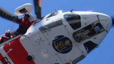 Un helicóptero de Salvamento Marítimo rescata a tres migrantes de una patera semihundida frente a Melilla.
