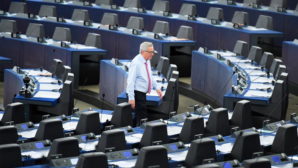 Juncker protesta ante un Parlamento Europeo casi vacío