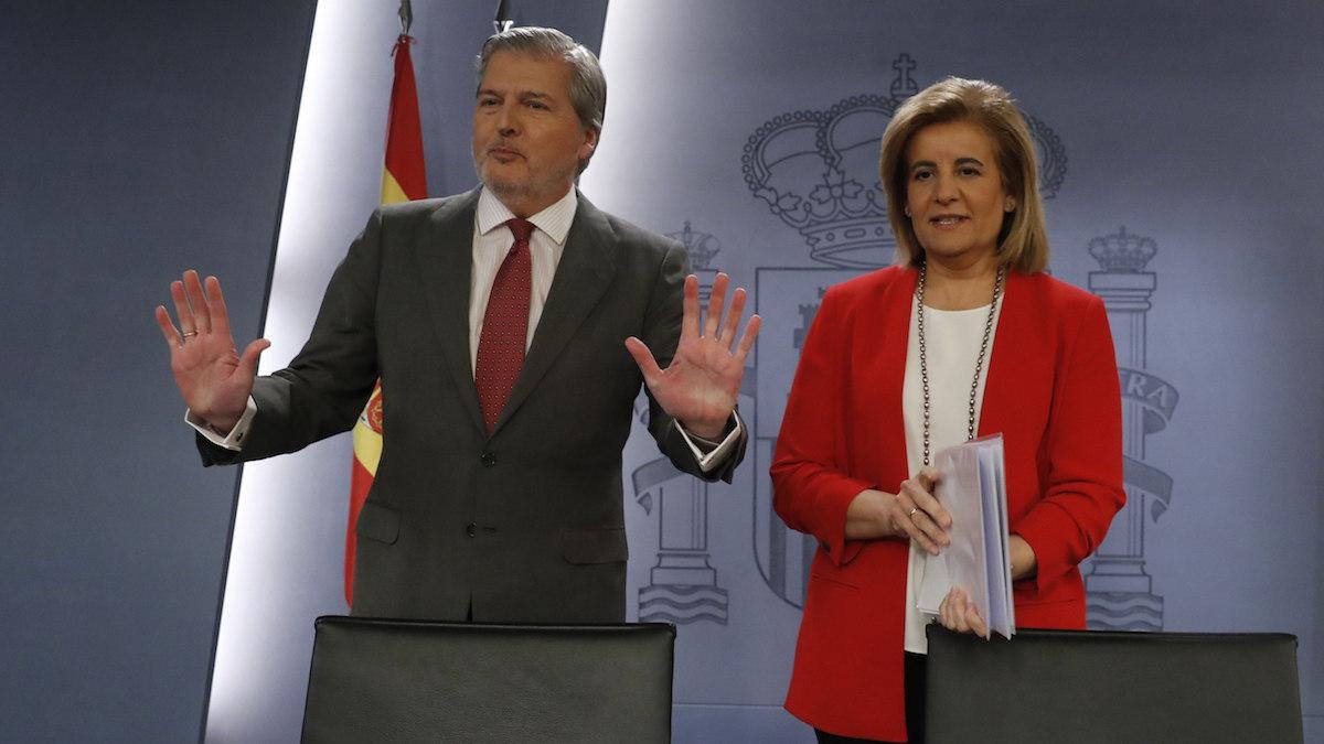 El portavoz del Gobierno y ministro de Cultura, Íñigo Méndez de Vigo y la ministra de Empleo, Fátima Báñez. (Foto: EFE)