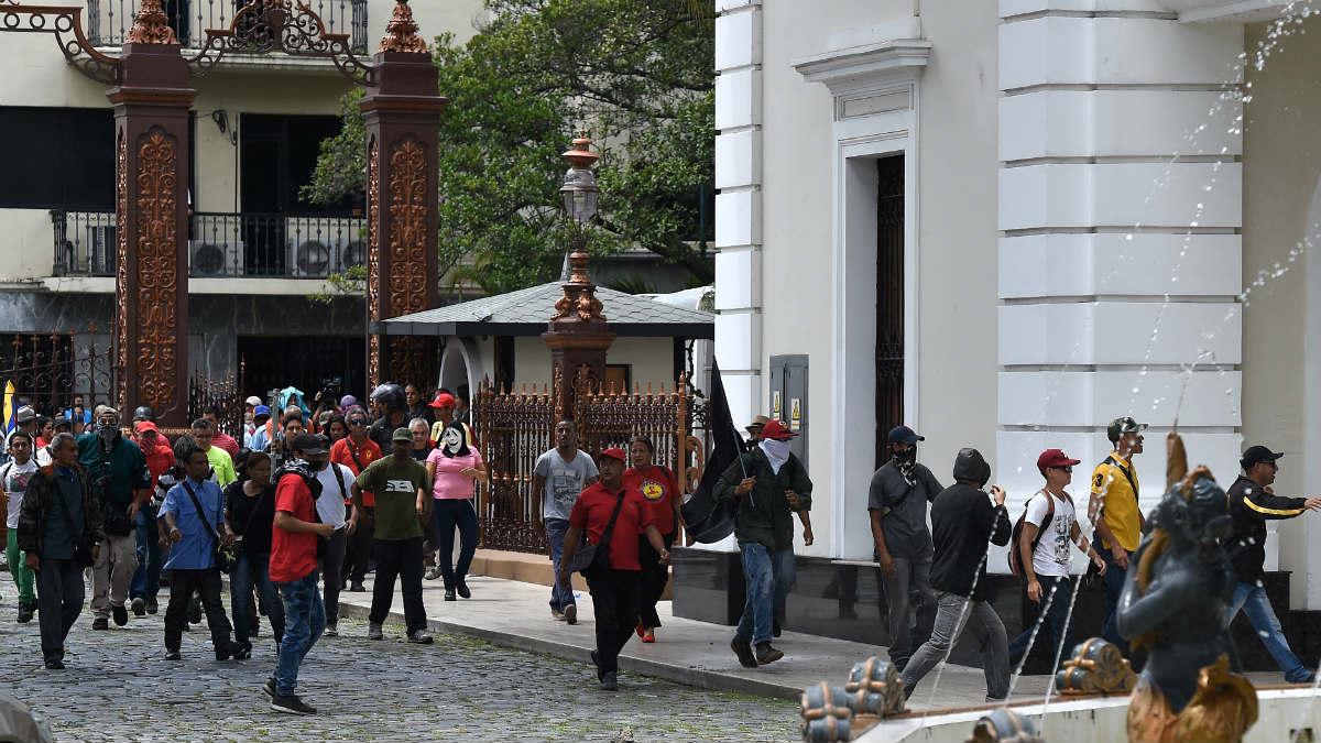 Colectivos de Maduro en el momento del asalto a la Asamblea Nacional de Venezuela. (AFP)
