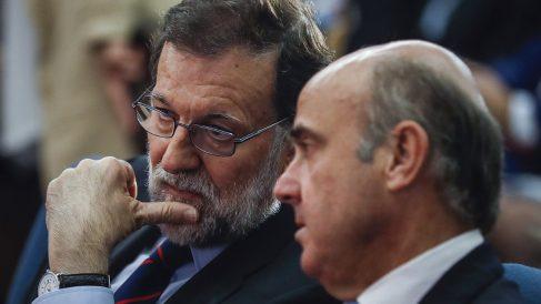 El presidente del Gobierno, Mariano Rajoy, junto con el ministro de Economía, Luis de Guindos. (Foto:EFE)