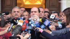 El presidente de la Asamblea Nacional de Venezuela en una rueda de prensa improvisada.