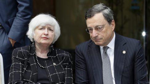 El presidente del Banco Central Europeo, Mario Draghi (d), y la presidenta de la Reserva Federal de EEUU, Janet Yellen. (Foto: EFE)