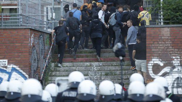Violentos enfrentamientos entre los antisistema y la policía alemana en vísperas de la reunión del G20
