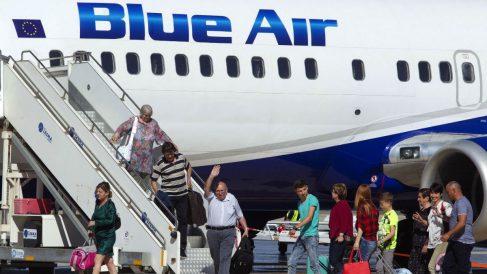 Los primeros pasajeros procedentes de Bucarest saludan al bajar del avión en el aeropuerto de Castellón tras inaugurarse la línea Castellón-Bucarest que opera Blue Air (Foto: Efe Archivo)