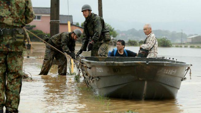 Militares de Japón ayudan en las tareas de rescate de los ciudadanos atrapados por las fuertes lluvias. Foto: AFP