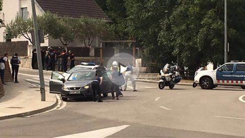 Operativo de los Mossos para detener al autor de los disparos. Foto: Javier Prieto