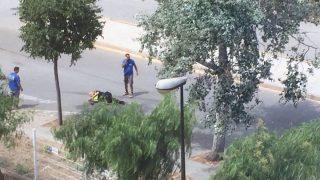 Uno de los agentes heridos en la calle tras el tiroteo.