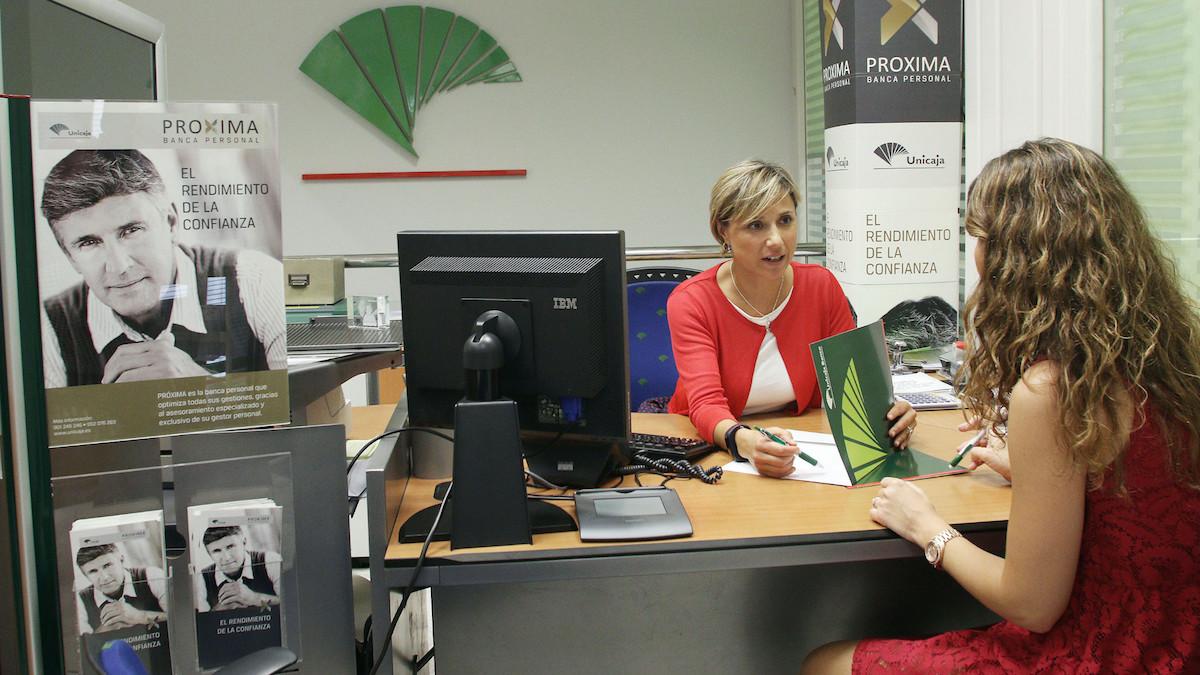 Cliente de Unicaja Banco en una sucursal de la entidad.