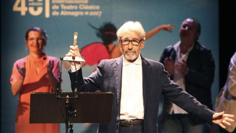 José Sacristán recoge el Premio Corral de Comedias en Almagro. (Foto: EFE)