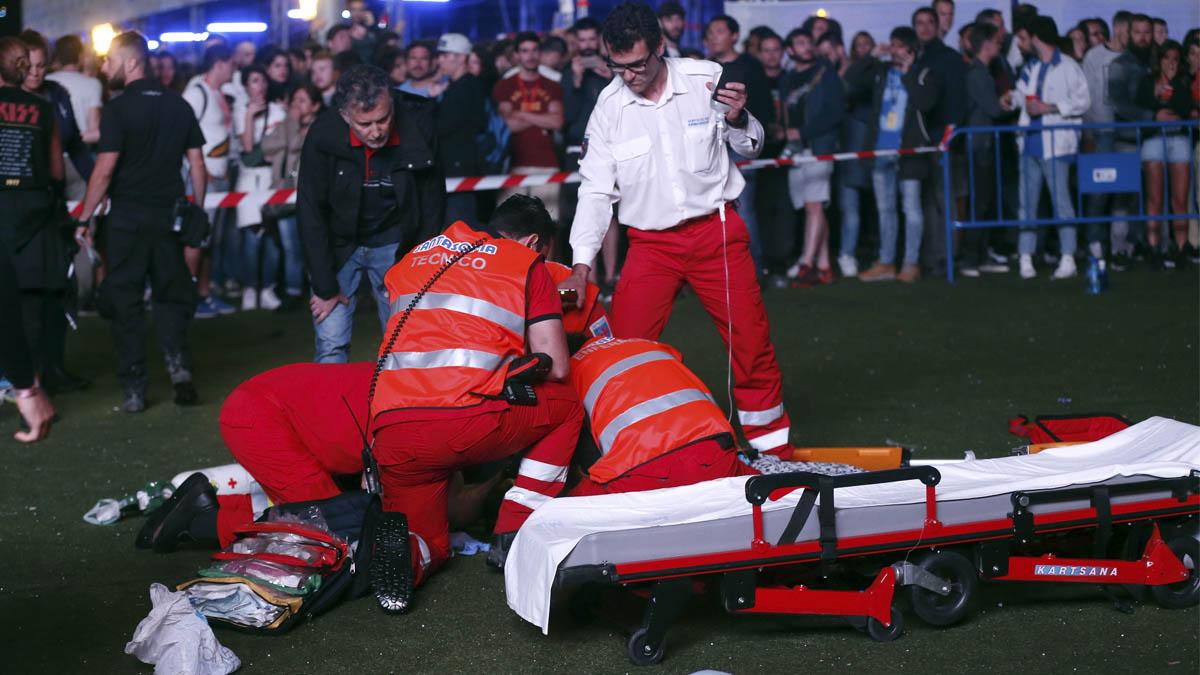 Varios sanitarios atienden al acróbata en el suelo. EFE