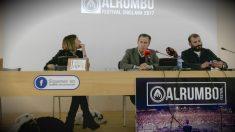 El alcalde de Chiclana, José María Román (PSOE), presentando el festival junto a los responsables de Alrumbo.