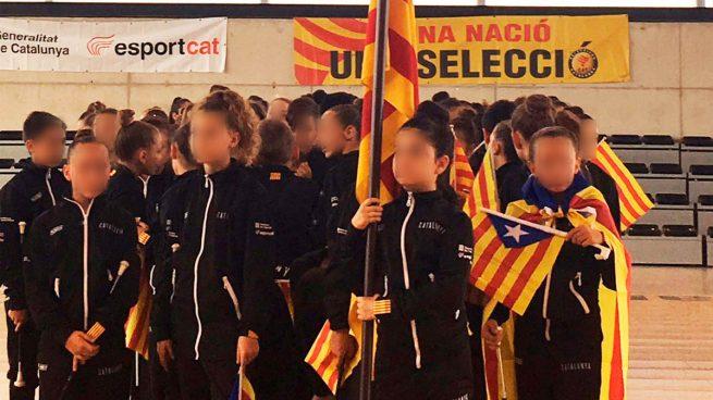 Los independentistas obligan a niños a desfilar con esteladas con sus 'selecciones' deportivas