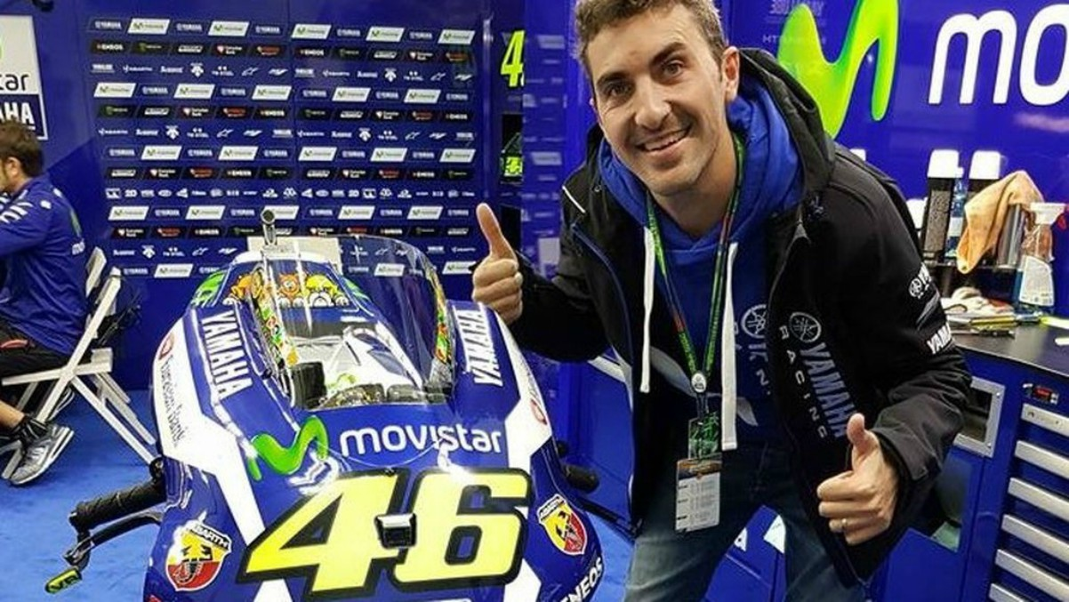 Enric Saurí posando con la moto de Valentino Rossi.