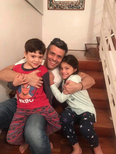 Leopoldo López con sus hijos tras ser liberado