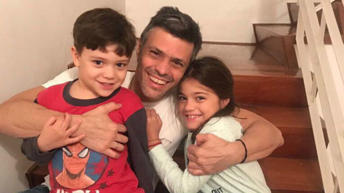 Leopoldo López junto con sus dos hijos tras ser liberado de la prisión de Ramo Verde. (Foto: @cayetanaAT)
