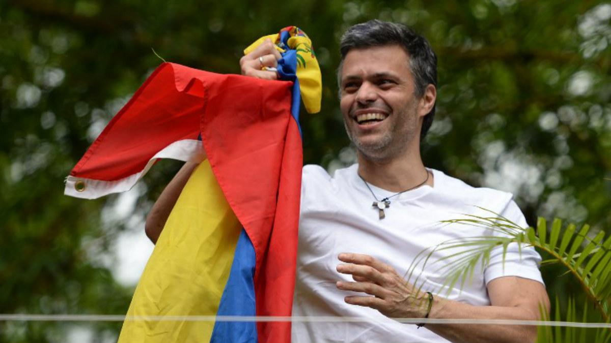 Leopoldo López ondea la bandera de Venezuela tras ser liberado de la prisión de Ramo Verde. (Foto: AFP)