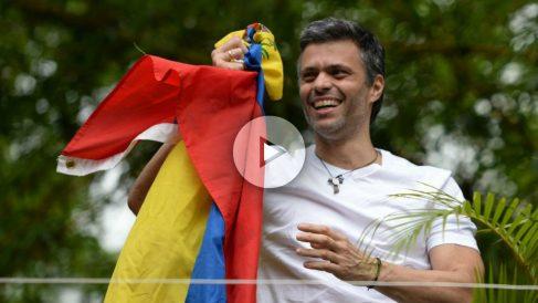 Leopoldo López ondea la bandera de Venezuela ser enviado a arresto domiciliario desde la prisión de Ramo Verde. (AFP)