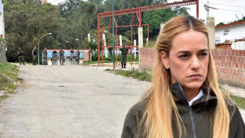 Lilian Tintori, ante los guardias de la prisión militar de Ramo Verde, donde está preso político su esposo, Leopoldo López. (TW)
