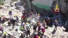 Bomberos tratan de rescatar supervivientes y cuerpos de los restos del edificio derrumbado en Torre Annunziata.