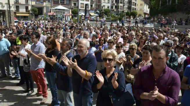El alcalde de Sabiñánigo (Huesca), Jesús Lasierra (4d), durante la concentración que ha tenido lugar en la la plaza de España de dicha localidad, frente a la puerta de la casa consistorial. Foto: EFE