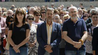 El alcalde de Sabiñánigo, Jesús Lasierra (centro), durante la concentración de repulsa por el asesinato de la niña. (EFE)
