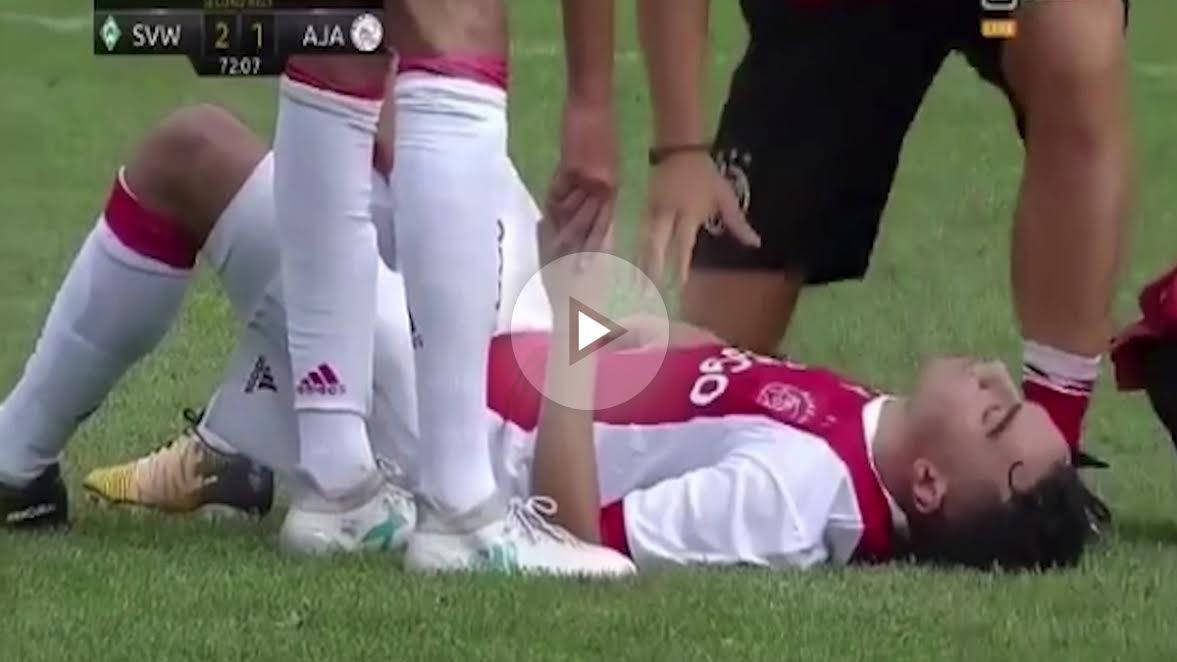 El jugador del Ajax se desploma en pleno partido.