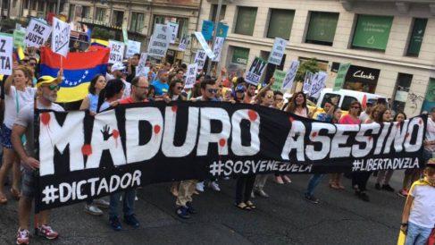 Cientos de opositores venezolanos se manifiestan en Madrid por la libertad de todos los presos políticos.