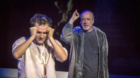 Ricardo Gómez y Roberto Álvarez en una escena de la Orestíada, en el Teatro Romano de Mérida. (Jero Morales / Festival de Mérida)