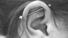 El piercing industrial se hace en el cartílago superior de la oreja