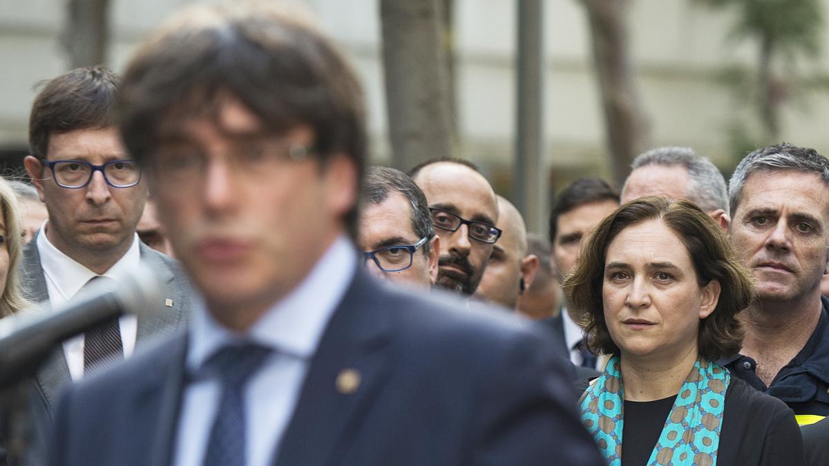 Carles Puigdemont y Ada Colau. (Foto: AFP)