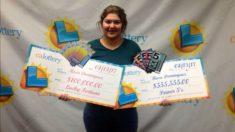 Rosa Domínguez posando con sus dos cheques de sus sendos premios en las Loterías de California.