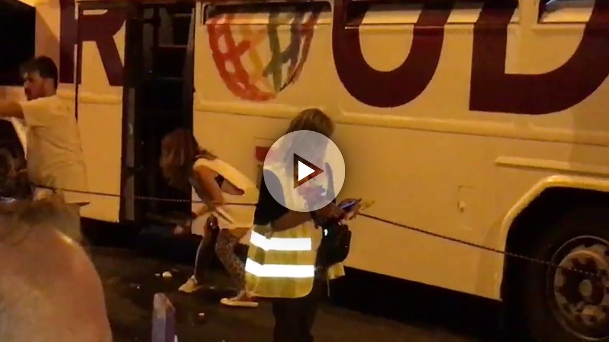 Una podemita se bajó del autobús de Podemos en la marcha del orgullo gay para orinar en la vía pública
