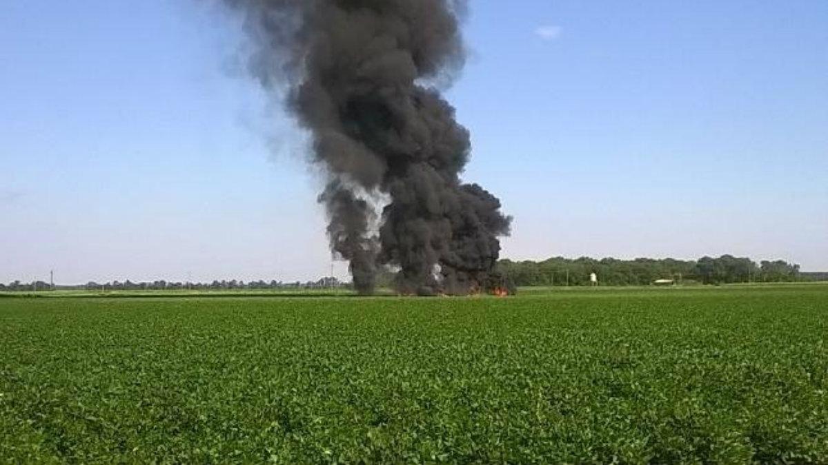 Una columna de humo sale de la zona donde se ha estrellado un avión de transporte de Marines de EEUU en Mississippi.