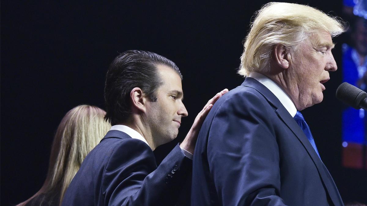 Donald Trump Jr. junto a su padre. (Foto: AFP)