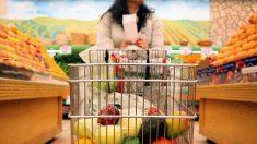 Mujer haciendo la compra en el supermercado. Foto: Istock