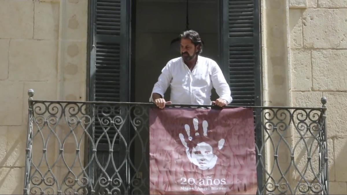 Sepulcre en el balcón del que ha colgado la pancarta.