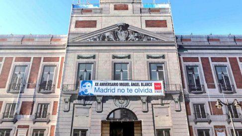 La pancarta en recuerdo a Miguel Ángel Blanco ya luce en la fachada de la Real Casa de Correos (Foto: Twitter)