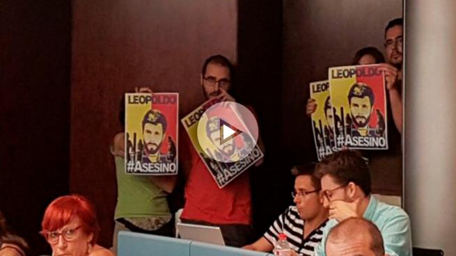 La CUP irrumpe en el Ayuntamiento de Barcelona con carteles de «Leopoldo asesino»