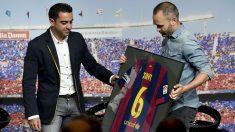 Iniesta le hace entrega a Xavi de una camiseta conmemorativa del Barça.