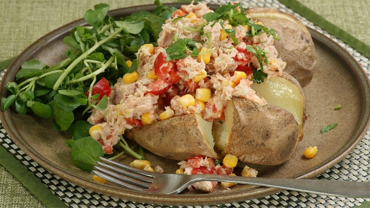 Receta sencilla de patatas rellenas de atún al horno