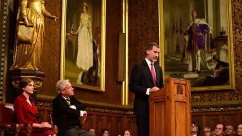 El Rey Felipe VI, durante su discurso ante el Parlamento británico, junto a la Reina Letizia y el presidente de la Cámara, John Bercow. (AFP)