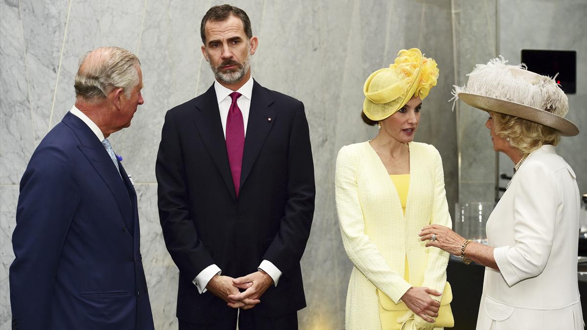 Los Reyes Felipe y Letizia junto al Príncipe Carlos y Camila de Cornualles. (Foto: EFE)