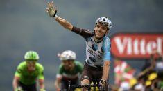 Romain Bardet, en primer plano, ganó la etapa con Aru al fondo consiguiendo vestirse de líder. (AFP)