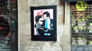 La obra del artista TvBoy en la que se ve a Rajoy besando, en la boca, a Puigdemont.