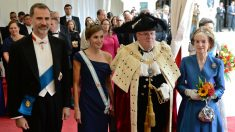 Los Reyes Felipe y Letizia, junto a Lord Mayor, Andrew Parmley, alcalde de la City, y su esposa. (AFP)